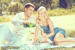 PS调出草地上情侣照片的复古淡黄色彩