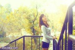 photoshop调出柔和蓝黄阳光色彩外景美女