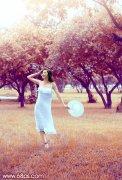 photoshop调出夏季草地上美女图片的秋季蓝橙色彩