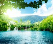 蓝天碧水树林壁纸