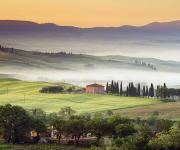 晨雾中的乡村间美景壁纸